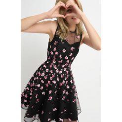 Sukienki: Rozkloszowana mini-sukienka z haftem