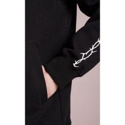 D.GNAK THORN SLEEVE ZIP UP HOODIE Bluza rozpinana black. Czarne bejsbolówki męskie D.GNAK, m, z bawełny. W wyprzedaży za 444,50 zł.