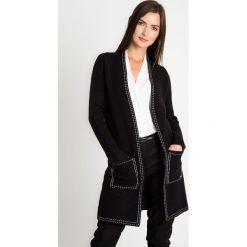 Czarny kardigan z białymi obszyciami QUIOSQUE. Białe kardigany damskie QUIOSQUE, z jeansu. W wyprzedaży za 119,99 zł.