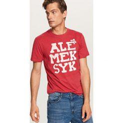 T-shirt z napisem - Czerwony. Czerwone t-shirty męskie Reserved, m, z napisami. Za 29,99 zł.