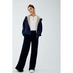 Bluza ze sztucznym futerkiem i kapturem. Szare bluzy rozpinane damskie Pull&Bear. Za 99,90 zł.