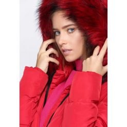 Czerwona Kurtka What's Happening. Czerwone kurtki damskie pikowane marki Born2be, na zimę, s, z kapturem. Za 234,99 zł.