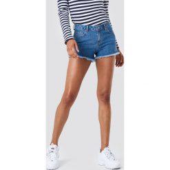 NA-KD Szorty jeansowe z postrzępionymi nogawkami - Blue. Niebieskie szorty jeansowe damskie NA-KD, z podwyższonym stanem. W wyprzedaży za 70,98 zł.