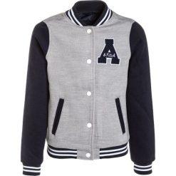 Abercrombie & Fitch VARSITY Kurtka przejściowa navy/grey. Niebieskie kurtki chłopięce przejściowe Abercrombie & Fitch, z elastanu. W wyprzedaży za 258,30 zł.