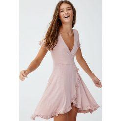Sukienka w stylu baletnicy. Czerwone sukienki Pull&Bear. Za 69,90 zł.
