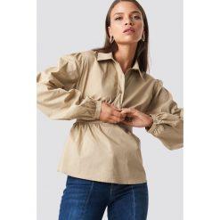 NA-KD Trend Krótka koszula z miseczkami - Beige. Białe koszule damskie marki NA-KD Trend, z nadrukiem, z jersey, z okrągłym kołnierzem. Za 161,95 zł.