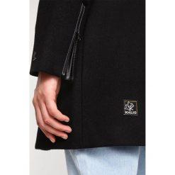 Khujo ZOES Krótki płaszcz black. Czarne płaszcze damskie wełniane khujo, l. W wyprzedaży za 367,95 zł.