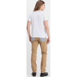 Wrangler by Peter Max RETRO Jeansy Straight Leg dark khaki. Brązowe jeansy męskie regular Wrangler by Peter Max. Za 929,00 zł.