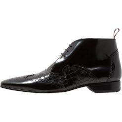 Jeffery West ESCOBAR WINGCAP CHUKKA Eleganckie buty black. Czarne buty wizytowe męskie Jeffery West, z materiału, na sznurówki. Za 789,00 zł.