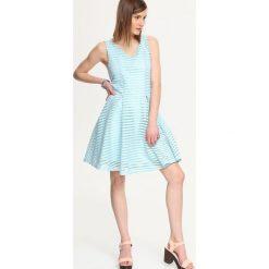 SUKIENKA DAMSKA AŻUROWA, WE WZORY. Szare sukienki rozkloszowane marki Top Secret, w ażurowe wzory. Za 54,99 zł.