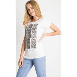 Biała bluzka ze zwierzęcym nadrukiem QUIOSQUE. Białe bluzki z egzotycznym wzorem marki QUIOSQUE, z bawełny, biznesowe, z klasycznym kołnierzykiem, z krótkim rękawem. W wyprzedaży za 29,99 zł.