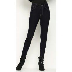 Granatowe Jeansy Watchtower. Białe jeansy damskie Born2be, w jednolite wzory, z jeansu. Za 49,99 zł.