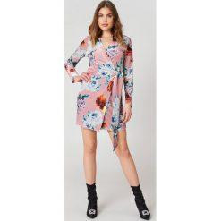 Trendyol Kopertowa sukienka w kwiaty - Pink,Multicolor. Brązowe sukienki z falbanami marki Mohito, l, z kopertowym dekoltem, kopertowe. W wyprzedaży za 72,78 zł.