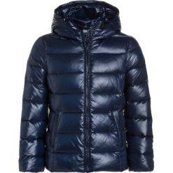 Benetton JACKET Kurtka puchowa dark blue. Niebieskie kurtki dziewczęce puchowe marki Benetton, na zimę, z materiału. W wyprzedaży za 186,75 zł.
