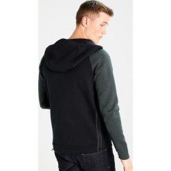 Nike Sportswear TECH Bluza z kapturem outdoor green/heather/black. Zielone bluzy męskie rozpinane marki Nike Sportswear, l, z bawełny, z kapturem. W wyprzedaży za 351,20 zł.