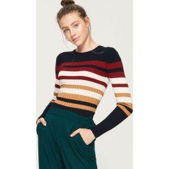 Swetry klasyczne damskie: Obcisły sweter w paski - Wielobarwn