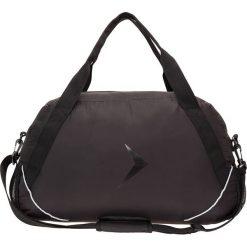 Torba sportowa damska TPD602 - czarny - Outhorn. Czarne torby podróżne Outhorn, w paski, z materiału. W wyprzedaży za 34,99 zł.