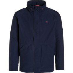 Hackett London Kurtka przejściowa navy. Niebieskie kurtki chłopięce przejściowe marki Hackett London, z materiału. W wyprzedaży za 356,30 zł.