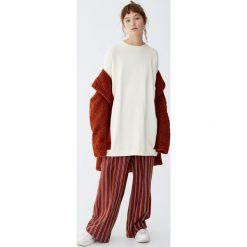 Bawełniana bluza z panelami z boku. Szare bluzy damskie Pull&Bear, z bawełny. Za 109,00 zł.