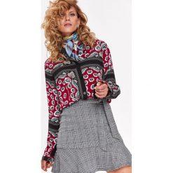 KOSZULA DŁUGI RĘKAW DAMSKA WE WZORY, W KWIATY. Szare koszule wiązane damskie Top Secret, na jesień, w kwiaty, z koszulowym kołnierzykiem, z długim rękawem. Za 99,99 zł.