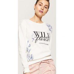 Bluzy damskie: Bluza z kwiatowym motywem – Kremowy