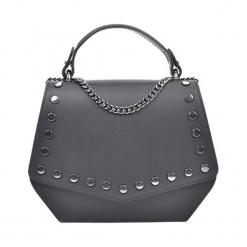 Skórzana torebka w kolorze czarnym - (S)21 x (W)16,5 x (G)7 cm. Czarne torebki klasyczne damskie Akcesoria na sylwestrową noc, w paski, z materiału. W wyprzedaży za 219,95 zł.