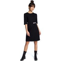 Czarna Minimalistyczna Sukienka O Linii A z Ozdobną Klamrą. Czarne sukienki dzianinowe Molly.pl, do pracy, l, w kolorowe wzory, biznesowe, z kołnierzem typu klepsydra, dopasowane. Za 124,90 zł.
