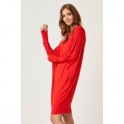 Sukienka w kolorze czerwonym. Czerwone sukienki marki SCUI, m, midi, proste. W wyprzedaży za 139,95 zł.