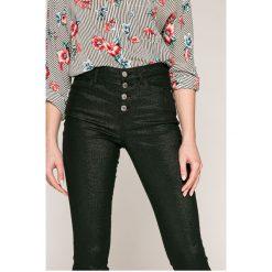 Guess Jeans - Jeansy 1981 Exposed Button. Szare jeansy damskie rurki marki Guess Jeans, na co dzień, l, z aplikacjami, z bawełny, casualowe, z okrągłym kołnierzem, mini, dopasowane. Za 469,90 zł.