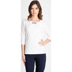 Bluzki damskie: Biała bluzka z cyrkoniowymi kwiatkami QUIOSQUE