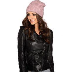 Kobieca czapka w warkocze pudrowy róż. Czerwone czapki zimowe damskie Lemoniade. Za 69,90 zł.