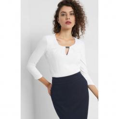 Koszulka z metalowym detalem. Białe bluzki longsleeves Orsay, xs, z dzianiny, z dekoltem na plecach. Za 69,99 zł.