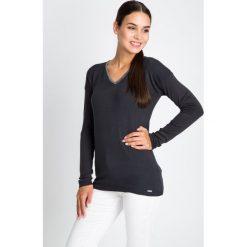 Grafitowy sweter ze srebrną lamówką QUIOSQUE. Szare swetry klasyczne damskie marki QUIOSQUE, uniwersalny, z dzianiny, z dekoltem w serek. W wyprzedaży za 79,99 zł.