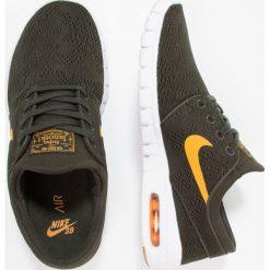 Nike SB STEFAN JANOSKI MAX Tenisówki i Trampki sequoia/circuit orange/light brown. Zielone trampki męskie Nike SB, z materiału. W wyprzedaży za 399,20 zł.