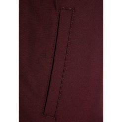 Element ALDER Kurtka przejściowa napa red. Czerwone kurtki chłopięce przejściowe marki Reserved, z kapturem. W wyprzedaży za 303,20 zł.