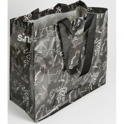 Torba z nadrukiem all over - Czarny. Czarne torebki klasyczne damskie marki Kazar, w paski, ze skóry, zdobione. Za 5,99 zł.