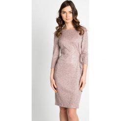 Sukienka z wiązaniem w kolorze pudrowego różu QUIOSQUE. Czerwone sukienki dzianinowe marki QUIOSQUE, do pracy, biznesowe, z dekoltem na plecach, z długim rękawem. W wyprzedaży za 79,99 zł.