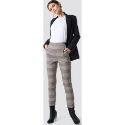 NA-KD Classic Spodnie w kratkę - Beige. Brązowe spodnie z wysokim stanem NA-KD Classic, w kratkę. Za 202,95 zł.