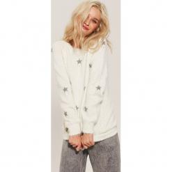 Sweter w gwiazdy - Kremowy. Białe swetry klasyczne damskie marki House, l. Za 89,99 zł.