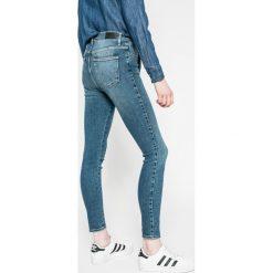 Wrangler - Jeansy. Niebieskie jeansy damskie rurki Wrangler, z bawełny, z podwyższonym stanem. W wyprzedaży za 219,90 zł.
