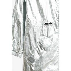 Pepe Jeans - Parka dziecięca Aurora 122-180 cm. Czerwone kurtki dziewczęce marki Reserved, z kapturem. W wyprzedaży za 359,90 zł.