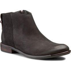 Botki CARINII - B3707 360-000-PSK-507. Czarne buty zimowe damskie marki Carinii, z nubiku, na obcasie. W wyprzedaży za 239,00 zł.