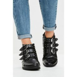 Missguided - Botki. Szare buty zimowe damskie marki Missguided, z materiału, na obcasie, na klamry. W wyprzedaży za 99,90 zł.