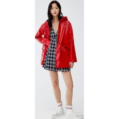 Lakierowana kurtka przeciwdeszczowa z kapturem. Czerwone kurtki damskie przeciwdeszczowe marki Pull&Bear, z lakierowanej skóry, z kapturem. Za 199,00 zł.