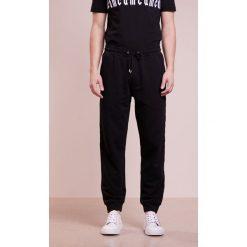 Spodnie męskie: McQ Alexander McQueen DART Spodnie treningowe darkest black