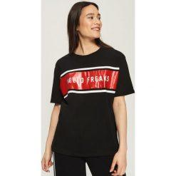 Bawełniany t-shirt oversize - Czarny. Białe t-shirty damskie marki Sinsay, l, z napisami. W wyprzedaży za 19,99 zł.