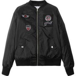 Kurtka pilotka z naszywkami bonprix czarny. Czarne kurtki chłopięce przeciwdeszczowe bonprix, z aplikacjami. Za 109,99 zł.