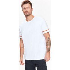 T-SHIRT MĘSKI GŁADKI Z KONTRASTOWYMI LAMÓWKAMI NA RĘKAWACH. Białe t-shirty męskie marki Mustang, m, z bawełny. Za 14,99 zł.