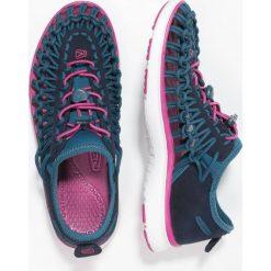 Keen UNEEK O2 Sandały trekkingowe dress blues/very berry. Niebieskie sandały chłopięce Keen, z gumy. Za 249,00 zł.