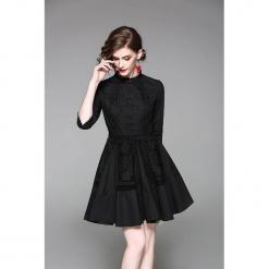 Sukienka w kolorze czarnym. Czarne sukienki koronkowe marki Zeraco, w koronkowe wzory, ze stójką, mini, rozkloszowane. W wyprzedaży za 329,95 zł.